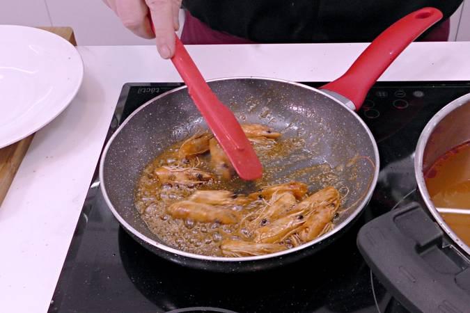 Cocinar las cabezas de los langostinos