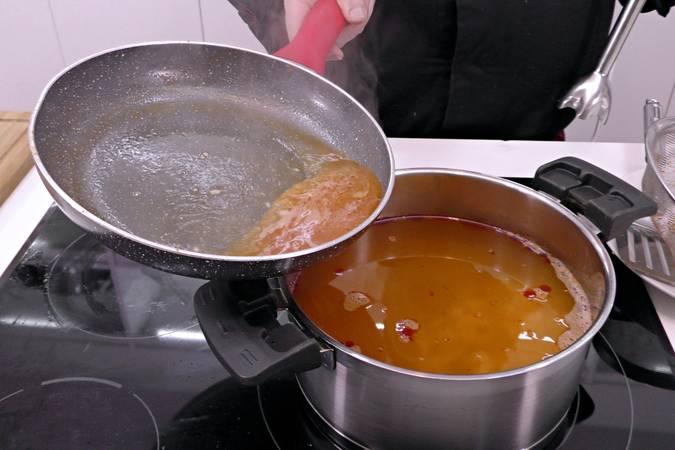 Colar el caldo y añadir el jugo de las cabezas de langostinos