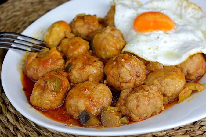 Paso 8 de Receta de albóndigas con tomate y patatas fritas