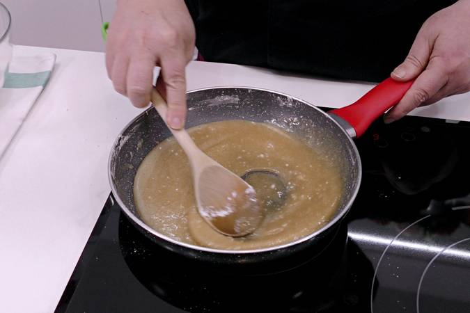 Una vez tostada vamos añadiendo ingredientes