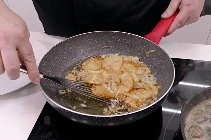 Paso 7 de Merluza al horno con gambas y almejas
