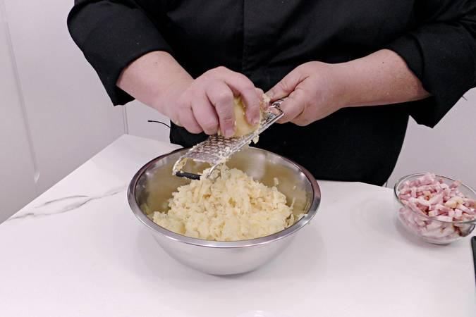 Paso 1 de Bolas de patata con beicon y queso parmesano