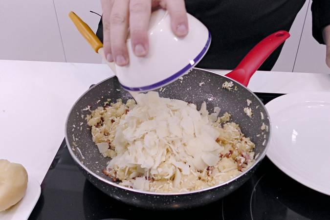 Paso 3 de Bolas de patata con beicon y queso parmesano