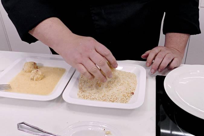 Paso 5 de Bolas de patata con beicon y queso parmesano