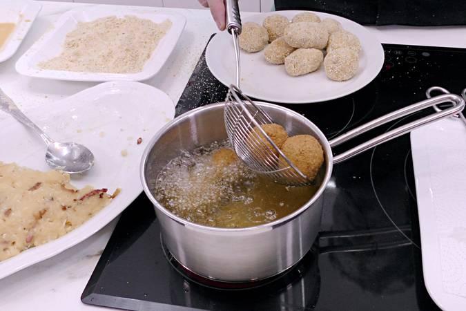 Paso 6 de Bolas de patata con beicon y queso parmesano