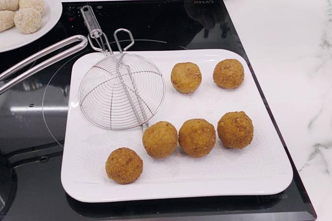 Paso 7 de Bolas de patata con beicon y queso parmesano