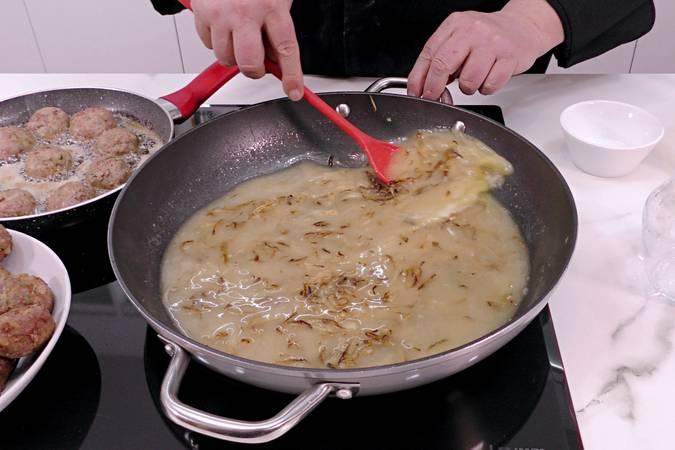Paso 8 de Albóndigas en salsa de cebolla