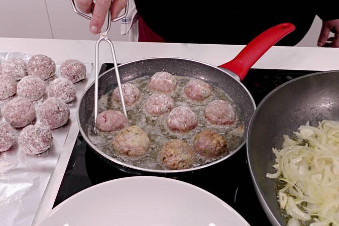 Paso 10 de Albóndigas en salsa de cebolla