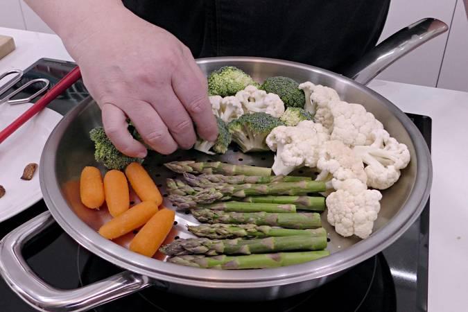 Paso 2 de Salmón a la plancha con arroz y verduras al vapor