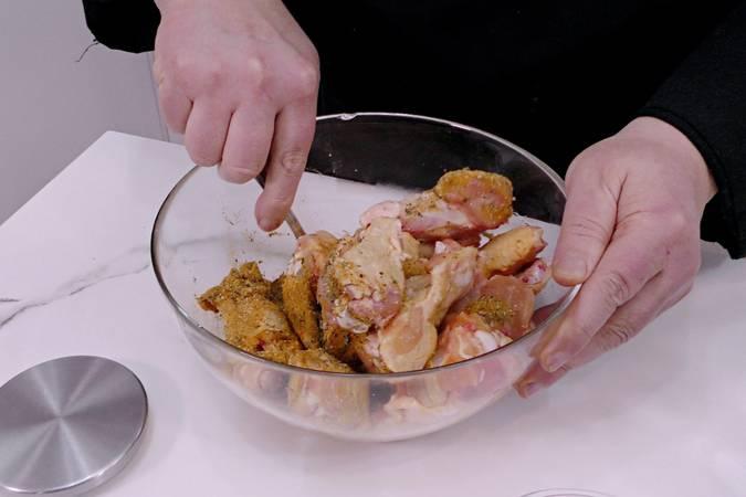 Paso 1 de Alitas de pollo marinadas y crujientes