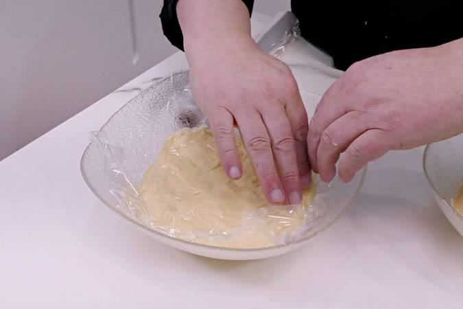 Paso 2 de Caracolas de hojaldre con crema pastelera y frutas