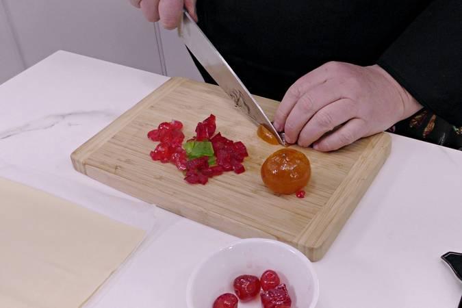 Paso 3 de Caracolas de hojaldre con crema pastelera y frutas