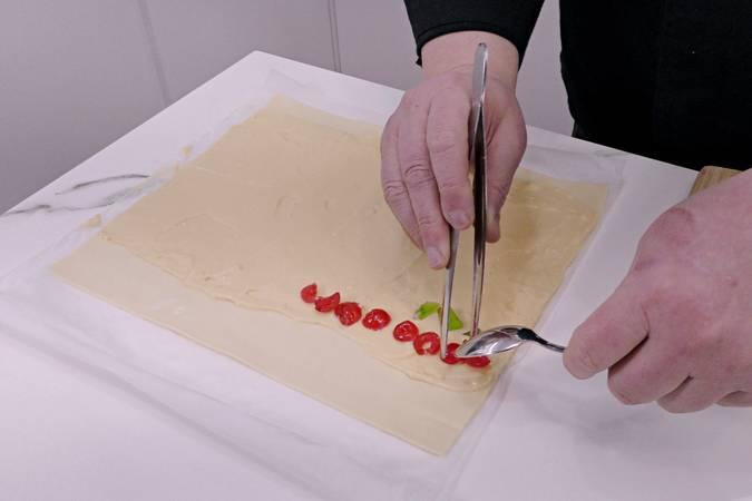 Colocar las frutas en la lámina de hojaldre
