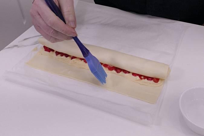 Paso 5 de Caracolas de hojaldre con crema pastelera y frutas