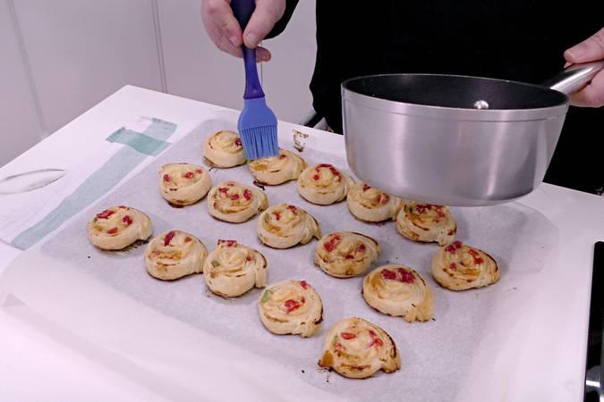 Untar las caracolas horneadas con el almíbar
