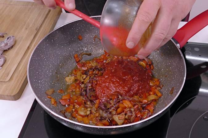 Añadir el pimentón y el tomate frito