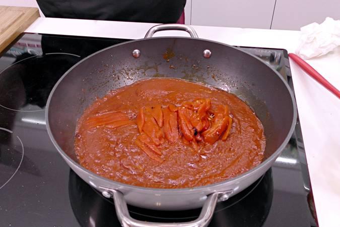 Añadir el tomate, la pulpa de pimiento y los pimientos asados