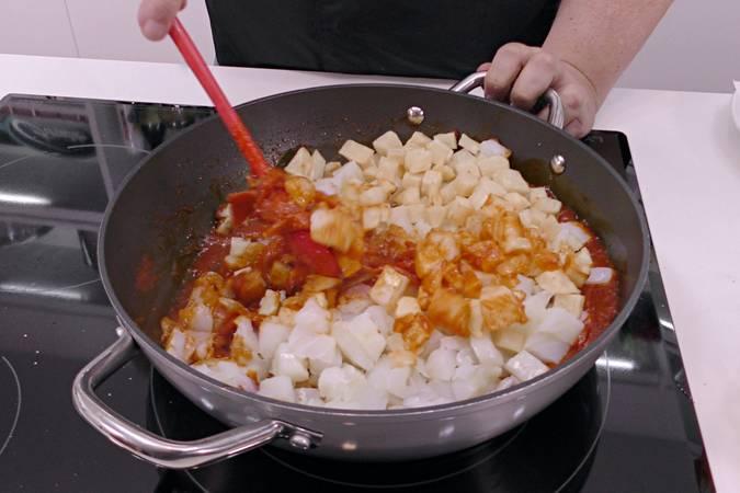Poner las patatas en la cazuela del bacalao