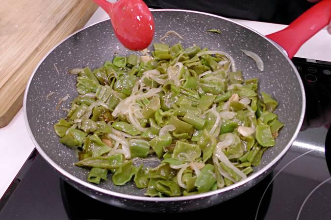 Añadir los pimientos verdes