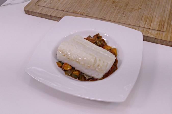 Presentar el plato de bacalao con pisto