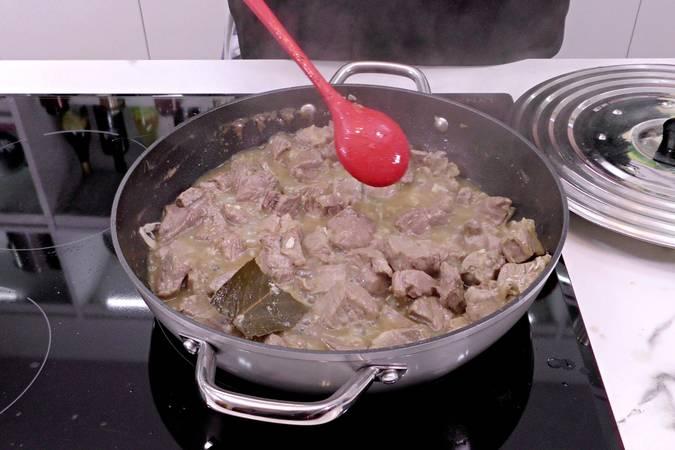 Paso 5 de Cabezada de cerdo guisada a la pimienta