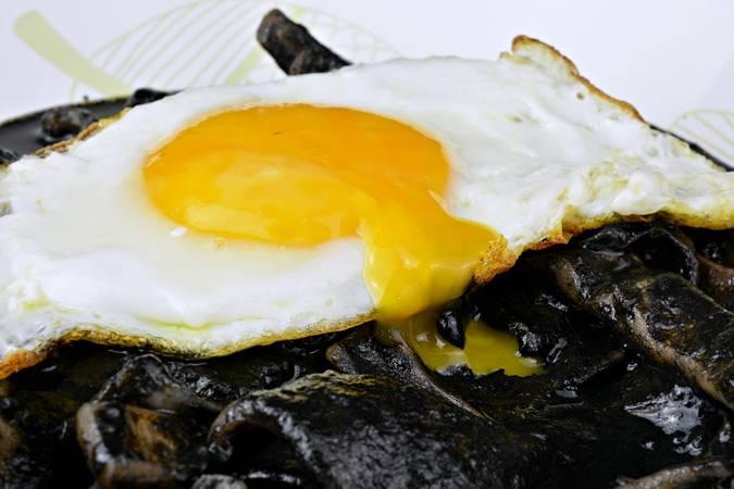 Paso 6 de Calamares en su tinta con huevos a la plancha