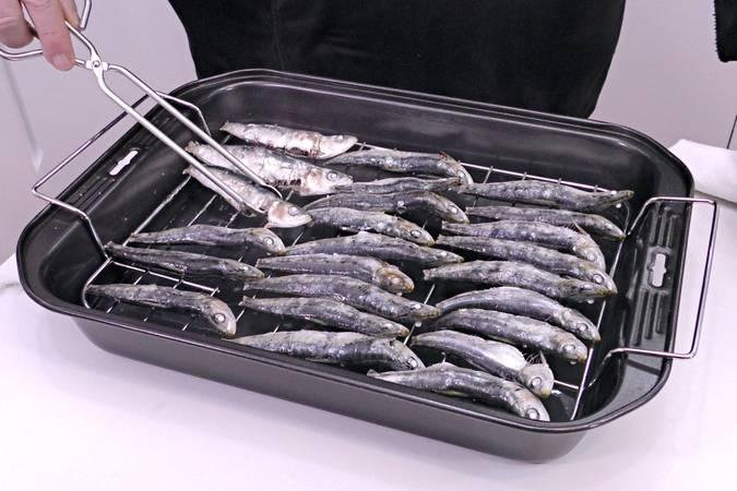 Hornear las sardinas y darles la vuelta