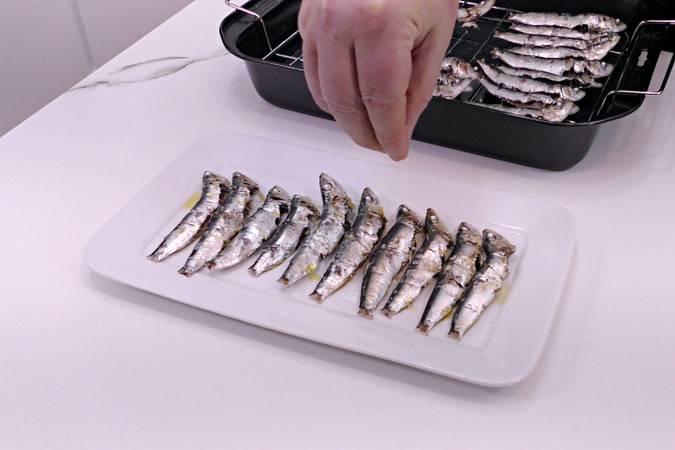 Sazonar las sardinas asadas