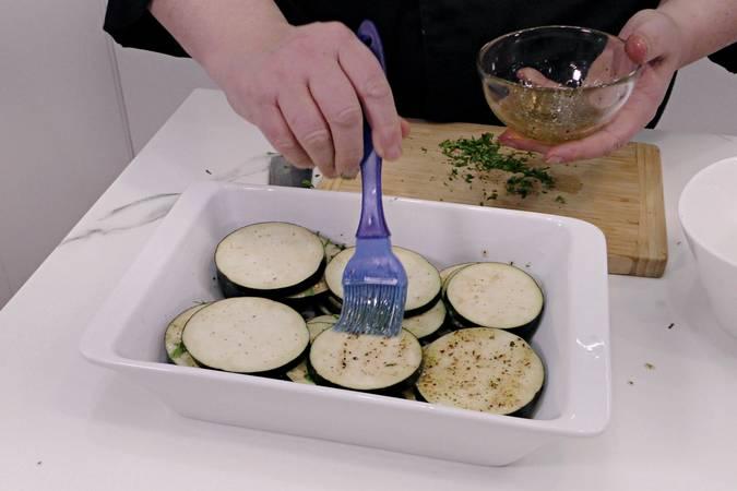 Untar la berenjena con la mezcla de especias