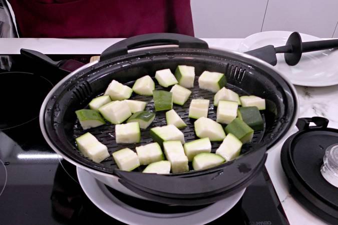 Preparamos el calabacín para cocinarlo al vapor