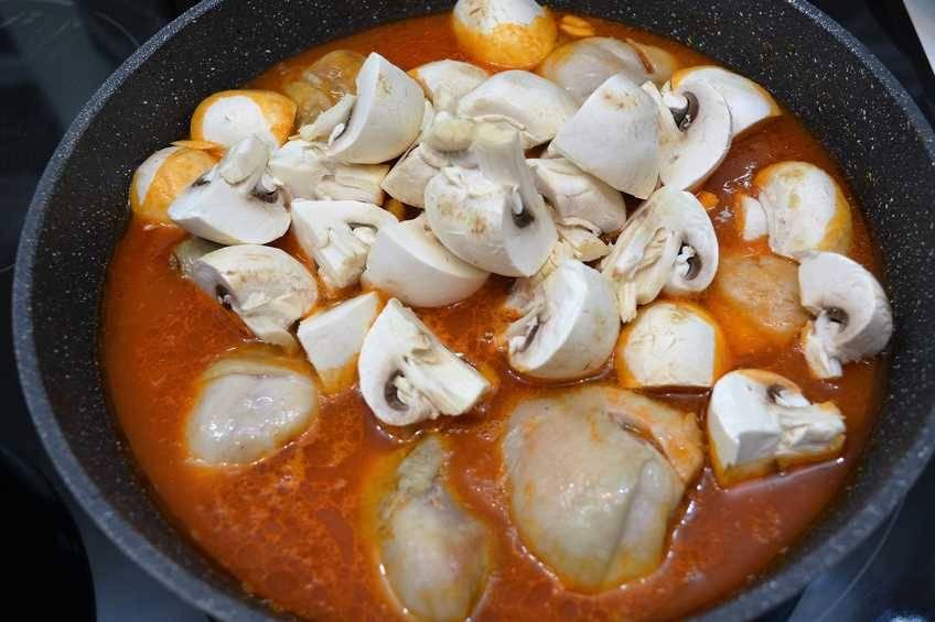 Paso 4 de Receta de pollo con pisto y champiñones, pollo muy jugoso