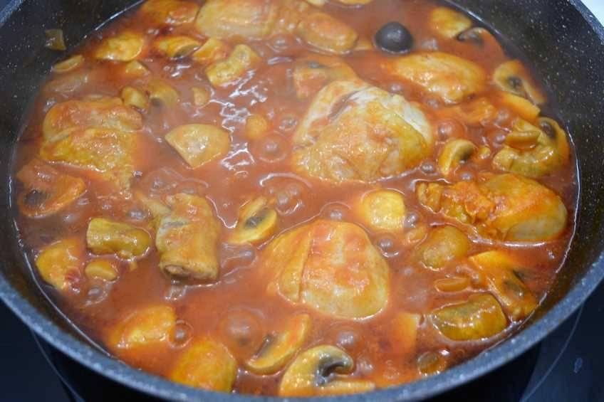 Paso 5 de Receta de pollo con pisto y champiñones, pollo muy jugoso