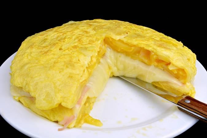 Servimos la rica tortilla rellena de queso