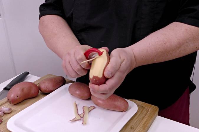 Pelamos y limpiamos las patatas