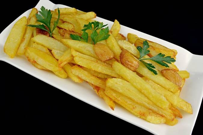 Servimos y disfrutamos de las ricas patatas fritas