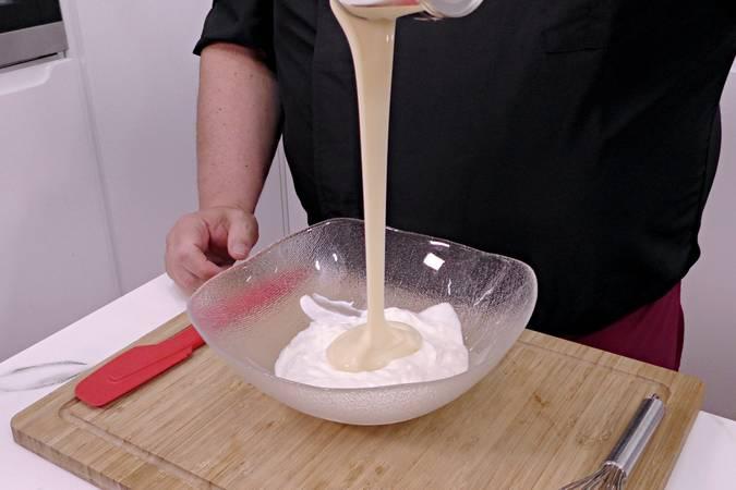 Juntamos los yogures con la leche condensada