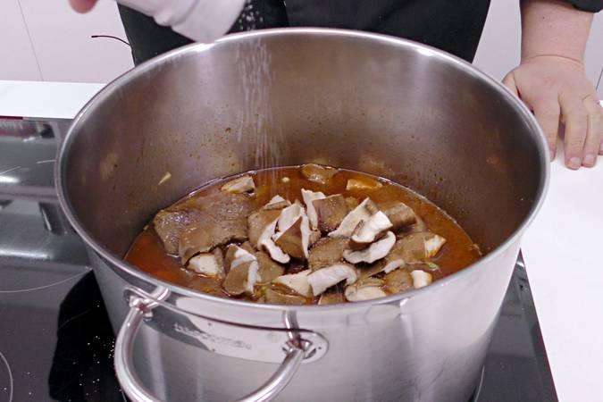 Una vez cocida la carne añadimos las setas y guisantes