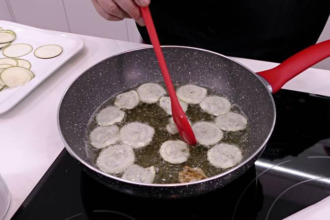 Freír los chips de calabacín