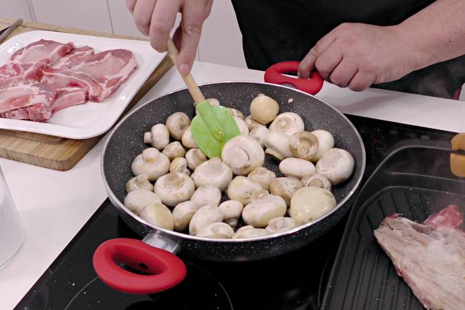 Paso 3 de Chuletas de cerdo a la napolitana
