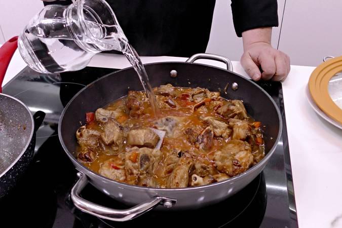 Paso 7 de Cordero al chilindrón, receta casera