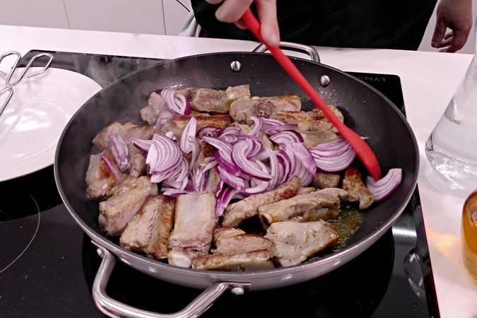 Paso 3 de Costilla de cerdo guisada con cerveza y pimientos