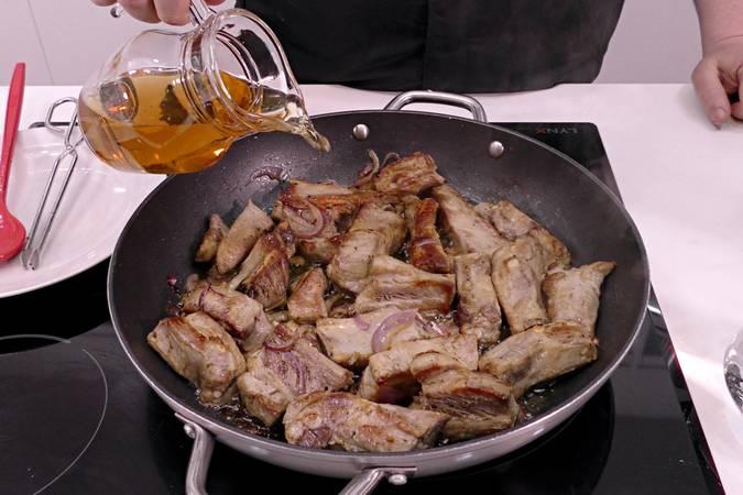 Paso 4 de Costilla de cerdo guisada con cerveza y pimientos