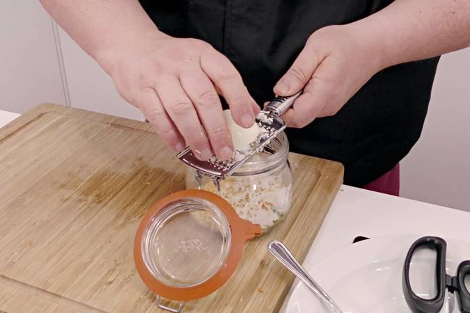 Picamos muy fino los ingredientes de la vinagreta