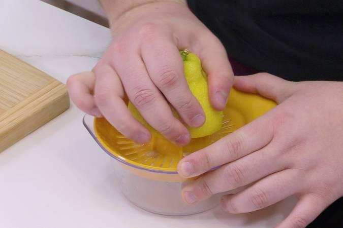 Paso 1 de Postre de limón con 3 ingredientes