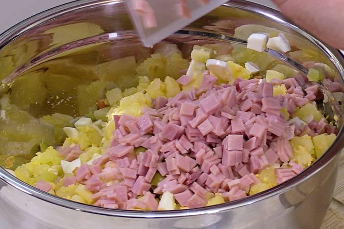 Añadir los langostinos, las aceitunas y el jamón cocido