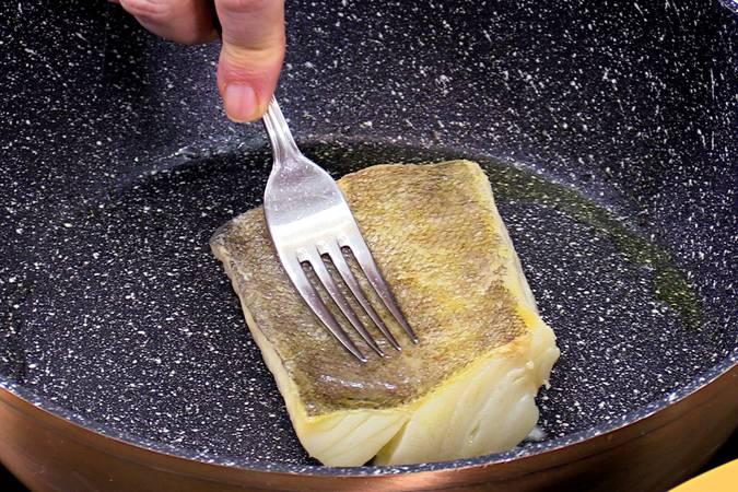 Paso 4 de Receta de bacalao con pimientos asados