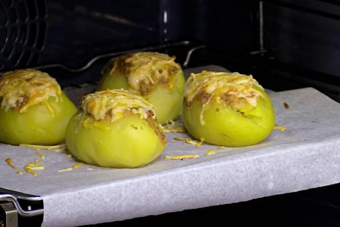 Precalentamos el horno en modo gratinador y cuando esté caliente metemos la bandeja de patatas