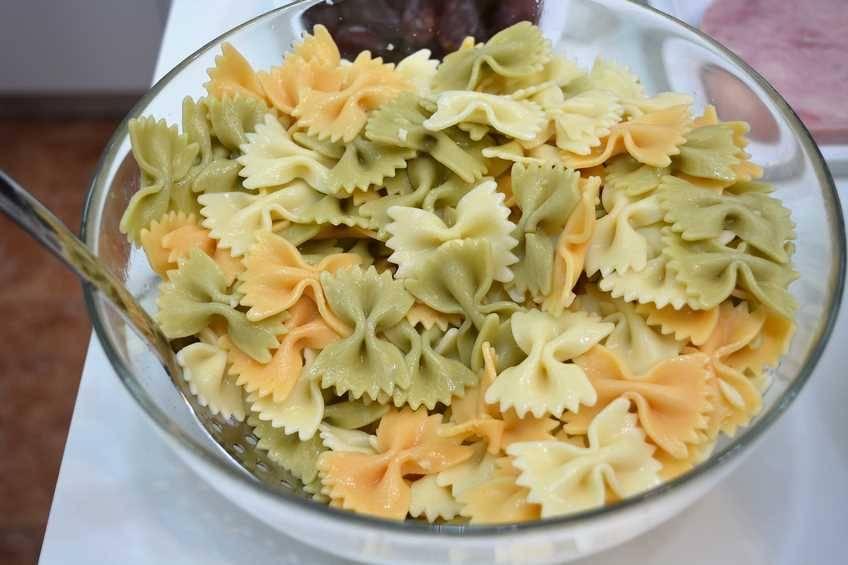 Paso 1 de Ensalada de pasta y fruta