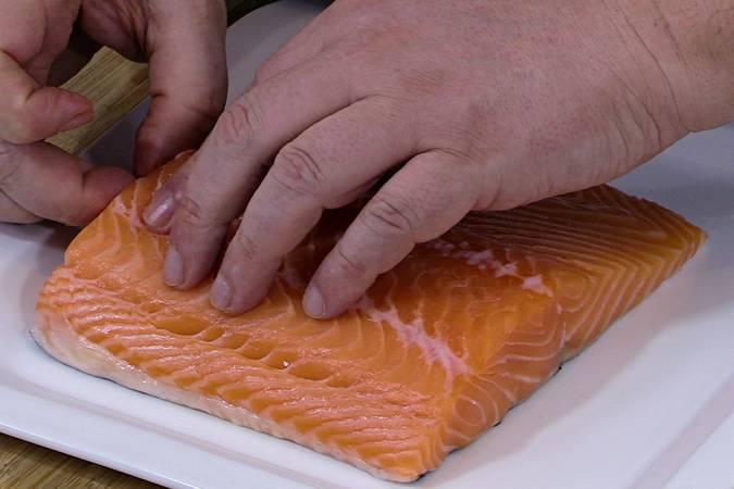 Desespinar el lomo de salmón