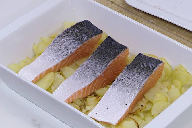 Colocar las tajadas de salmón
